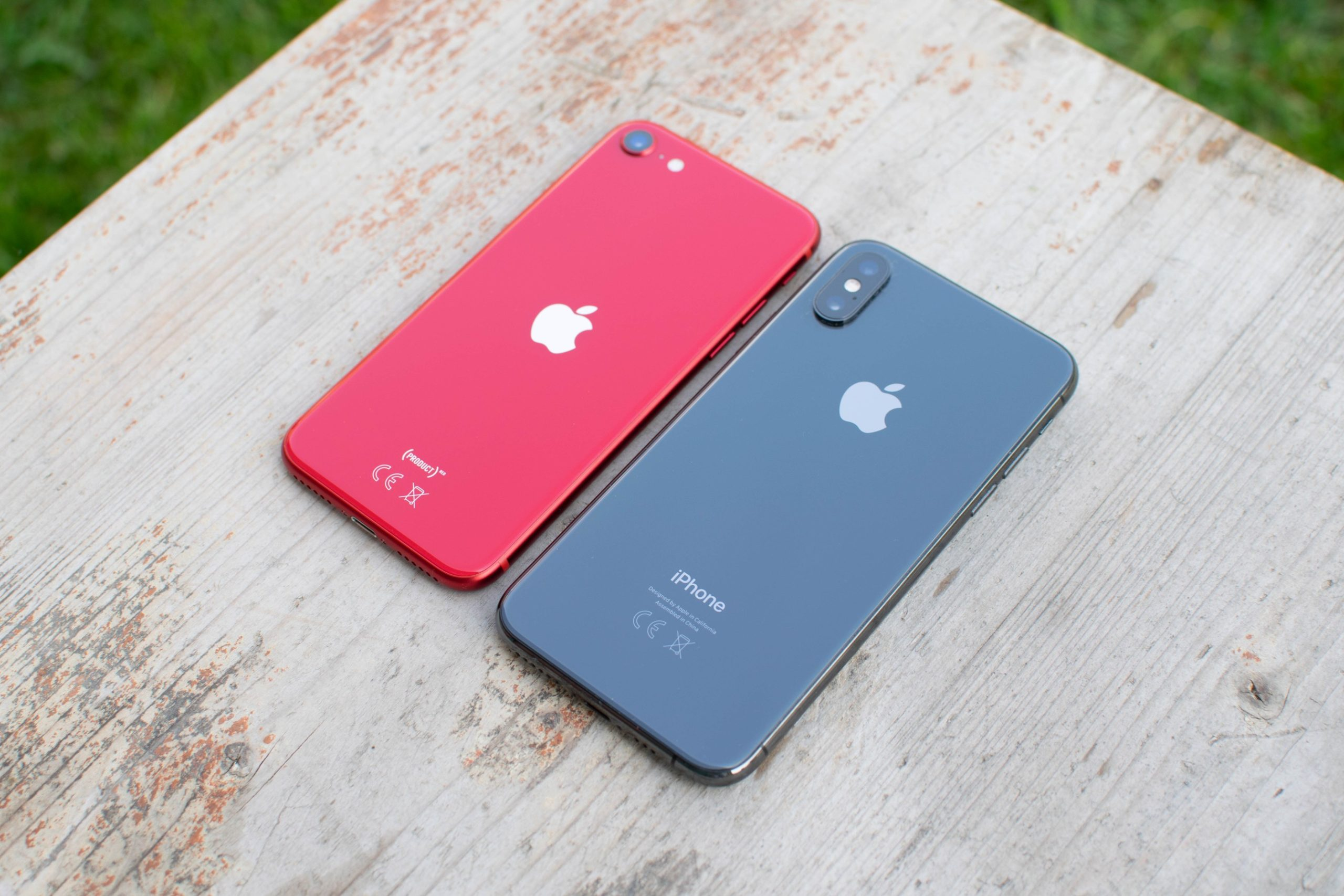 iPhone SE 2 next to iPhone XS
