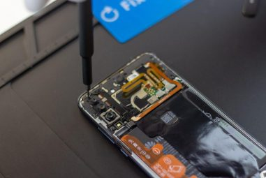 How to handle the screwdriver correctly when repairing the device